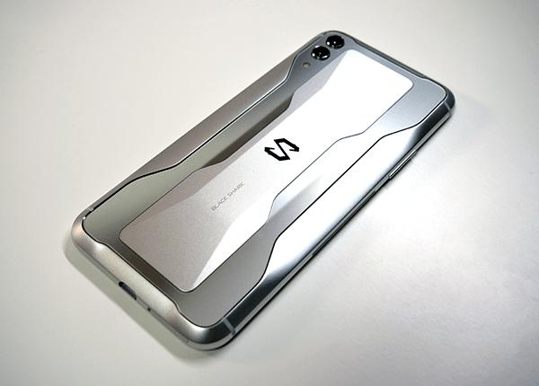 金属とガラス素材の背面がカッコいい