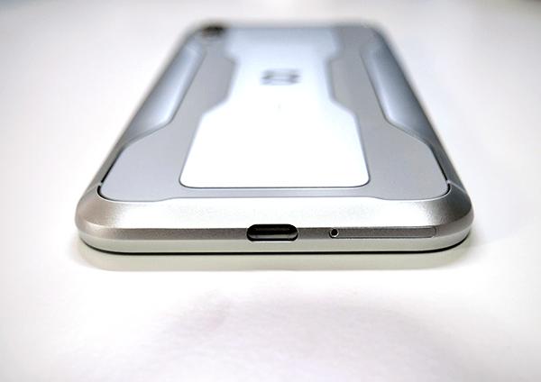 本体下部に「 USB Type-C」と「SIMスロット」