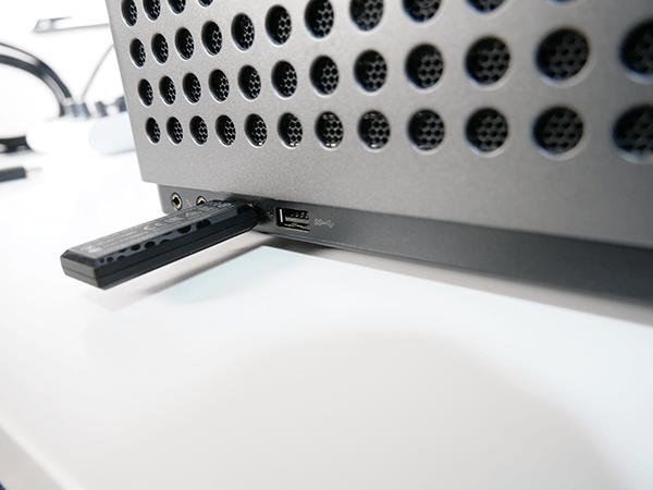 PCを机の下に置くとUSBメモリが挿しづらい