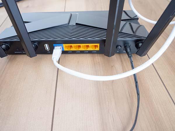電源とLANケーブルを接続する