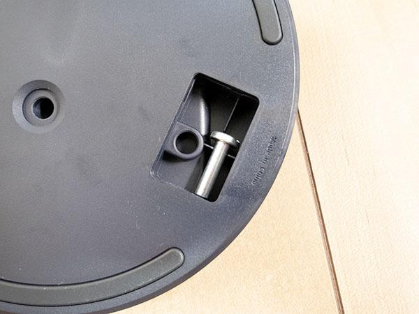 縦置き時の固定ネジはスタンド内に格納されている