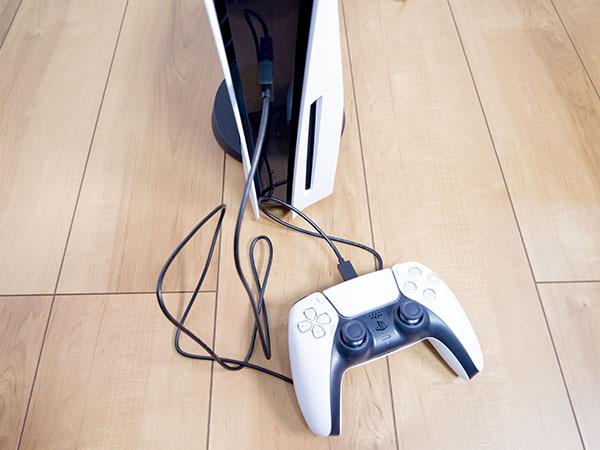 本体前面に接続したUSBケーブルでコントローラーを充電できる