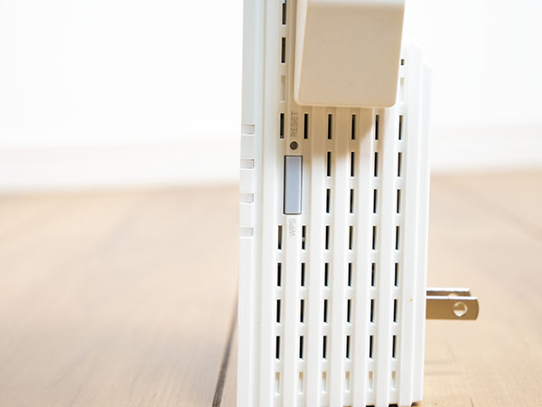 RE605Xの右側面にWPSボタンが配置