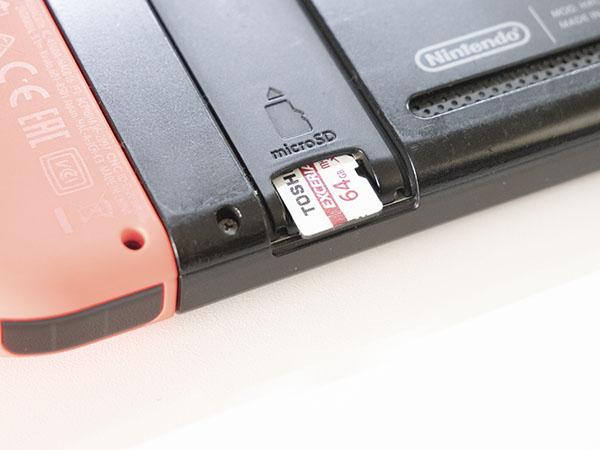 スイッチに挿入されたmicroSDカード