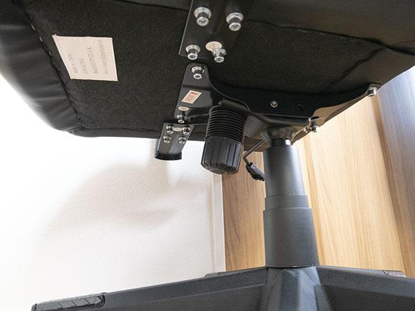 座面の裏にある大きなツマミでロッキング強度の調整が可能