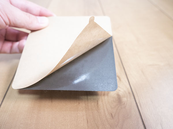 両面テープの剥離紙を剥がす